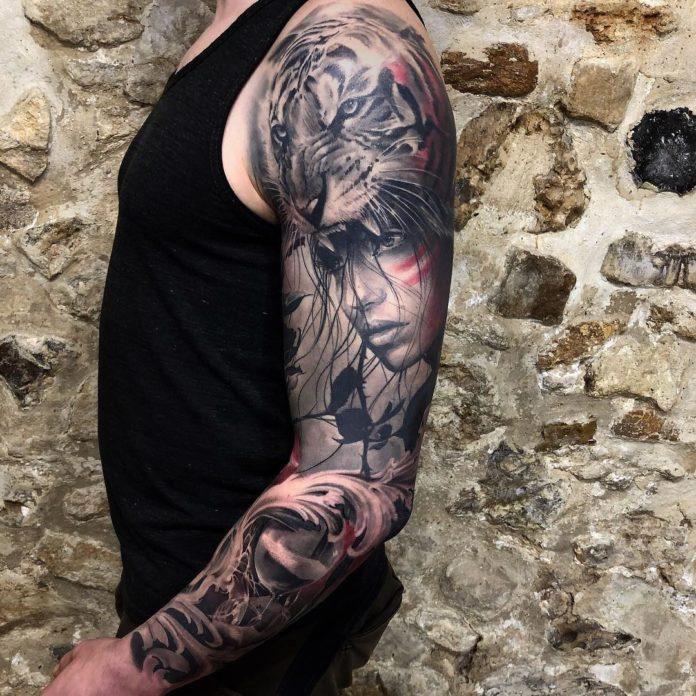 Beau tatouage d'une femme avec une tête de tigre rugissant sur la tête