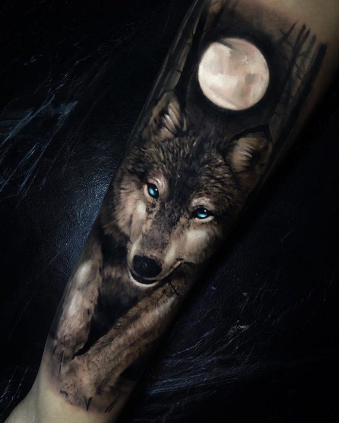 Tatouage de Loup dans la forêt en pleine lune sur avant bras