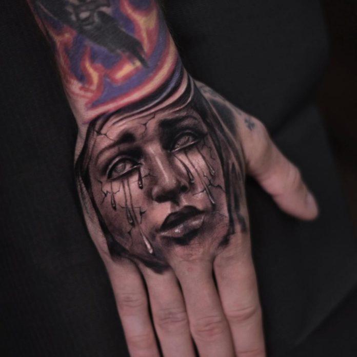 Tatouage de visage d'une femme en larmes