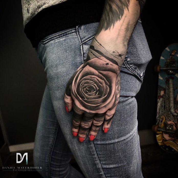 Tatouage en gros plan d'une rose