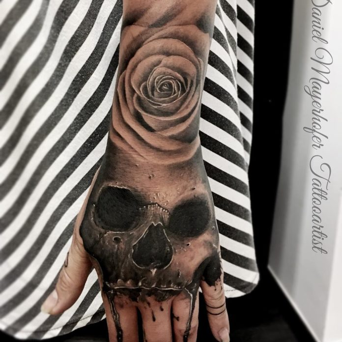 Composition de Tatouage de tête de mort et de rose