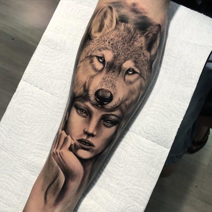 Tatouage de tête de Loup avec une femme tenant son menton