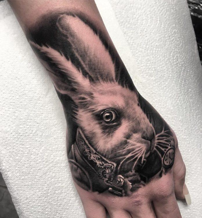Tatouage du personnage lapin blanc dans Alice au pays des merveilles