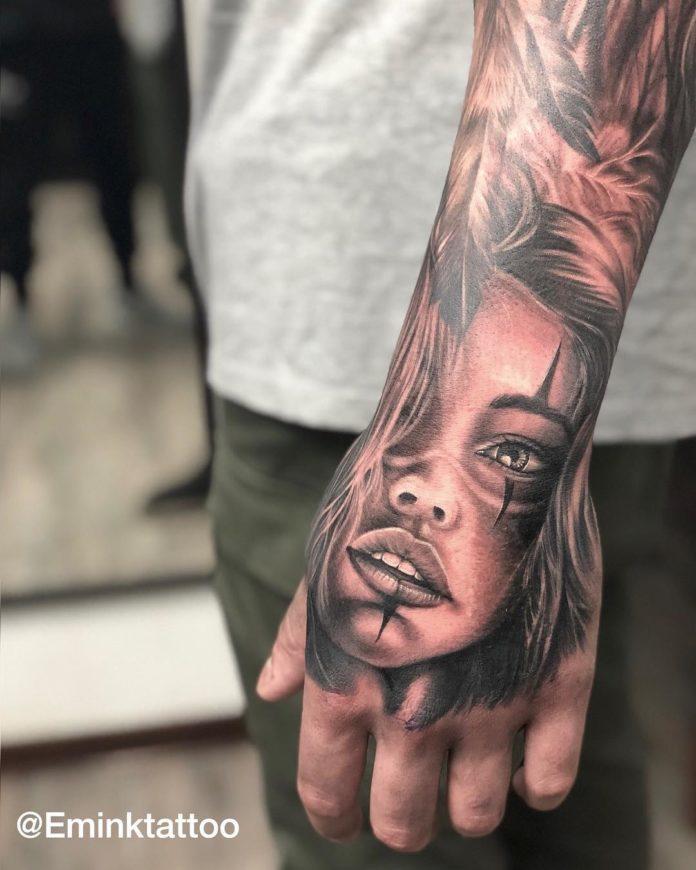 Tatouage d'une fille maquillée en chicano