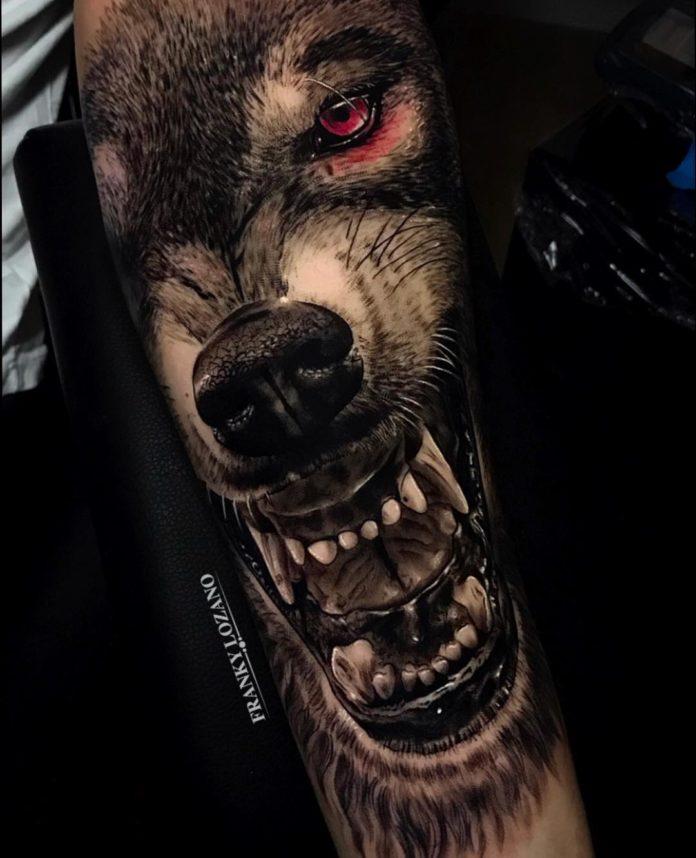 Tatouage de très gros plan de visage de Loup enragé