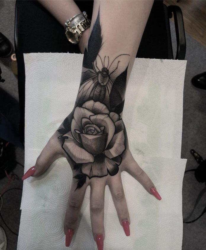 Tatouage d'une rose avec un papillon au dessus