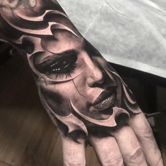 Tatouage réaliste de visage de femme pensive