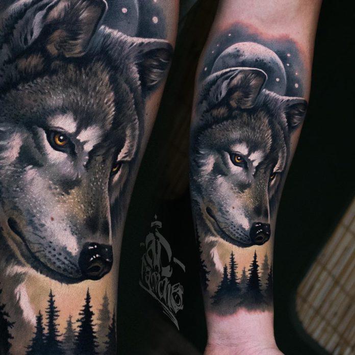 Tatouage de profil de Loup en pleine nuit dans la forêt sur avant bras