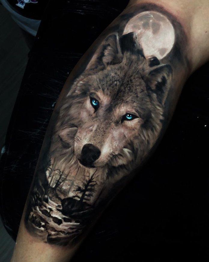 Tatouage de Loup aux yeux bleus sur avant bras + Forêt et rivière en pleine lune
