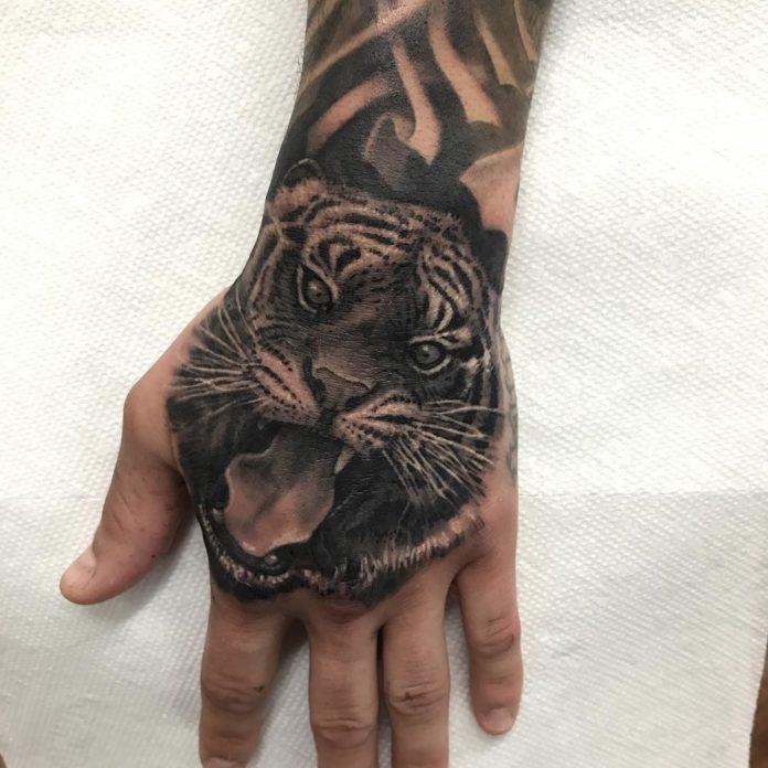 Tatouage de tête de tigre montrant ses crocs