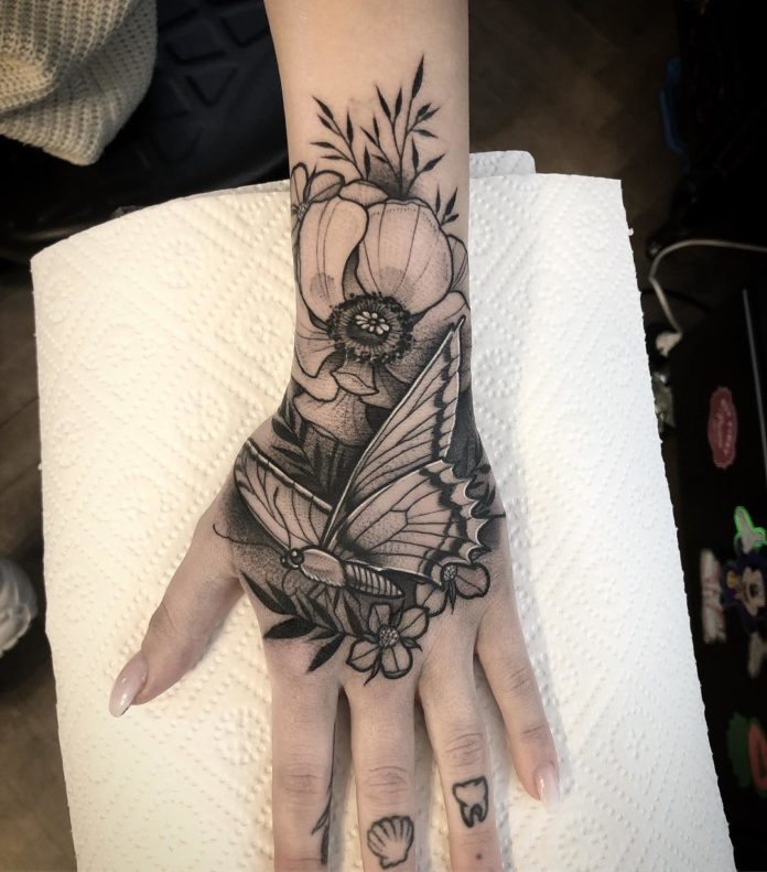 Joli Tatouage d'un papillon posé sur une fleur