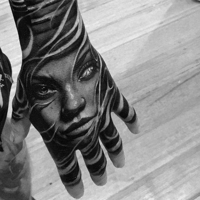 Tatouage d'une femme avec un œil aveugle