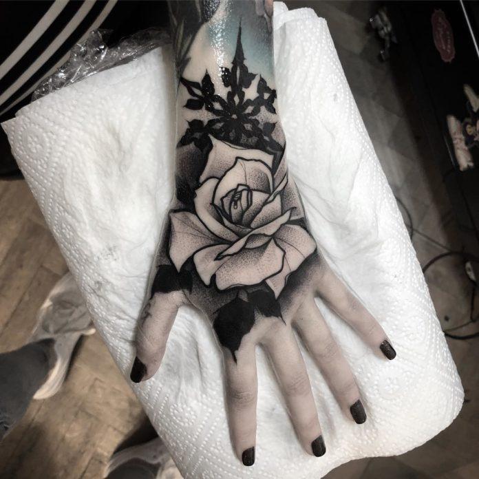 Tatouage d'une rose avec un flocon de neige