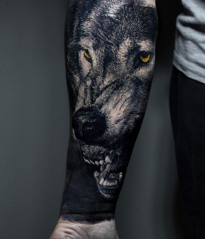 Tatouage en gros plan de visage de Loup rugissant aux yeux jaunes sur avant bras