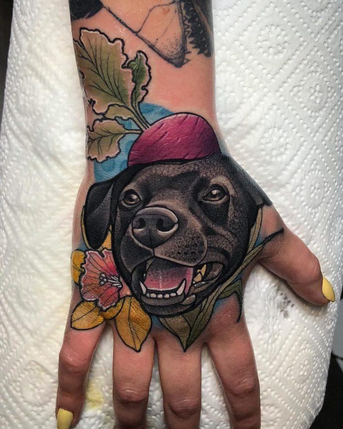 Tatouage en couleur de tête de chien avec une fleur