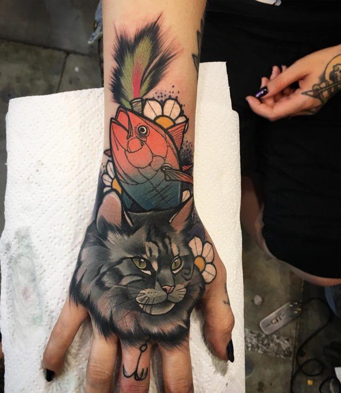 Tatouage d'un chat noir avec un poisson rouge