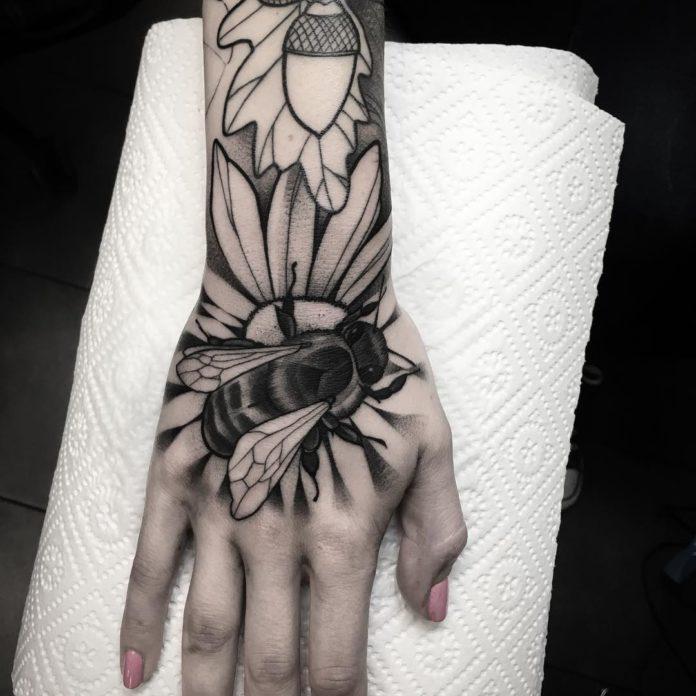 99 5 - 100 Impressionants Tatouages sur la Main pour Femme