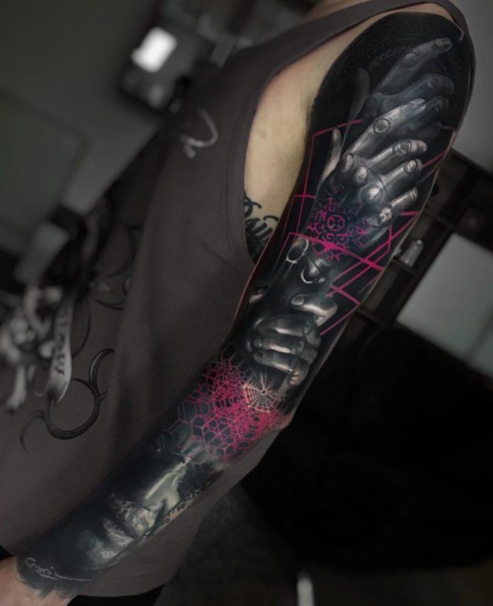 Tatouage futuriste de mains bioniques et visage d'homme