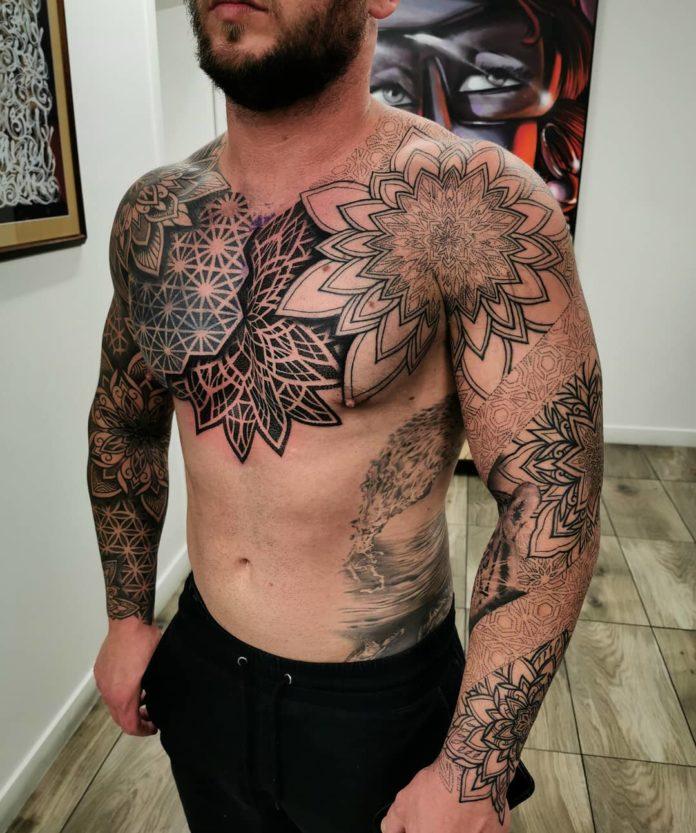 1 2 - 100 Tatouages Torse Homme Inspirants