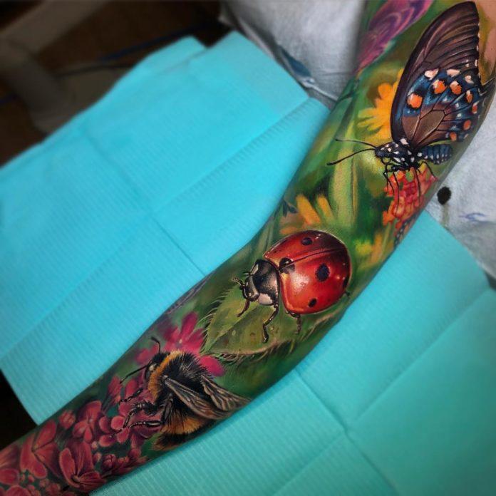 Très beau tatouage en couleur de papillon, coccinelle et abeille