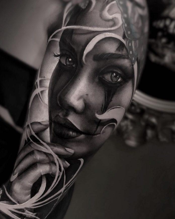 Tatouage réaliste de visage de femme