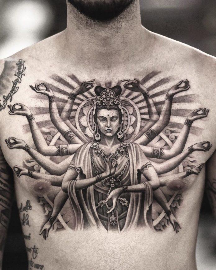 Tatouage d'une femme en plein méditation transcendantale