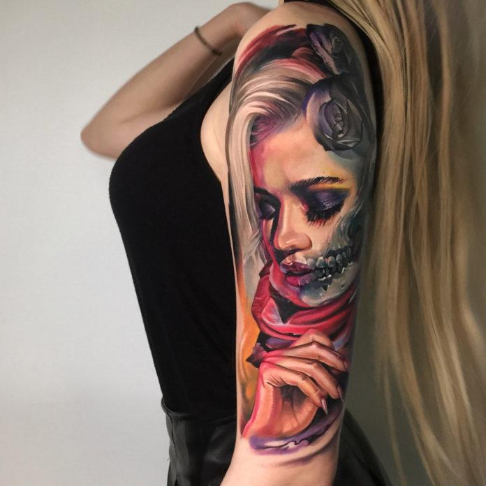 Tatouage effrayant de visage de femme