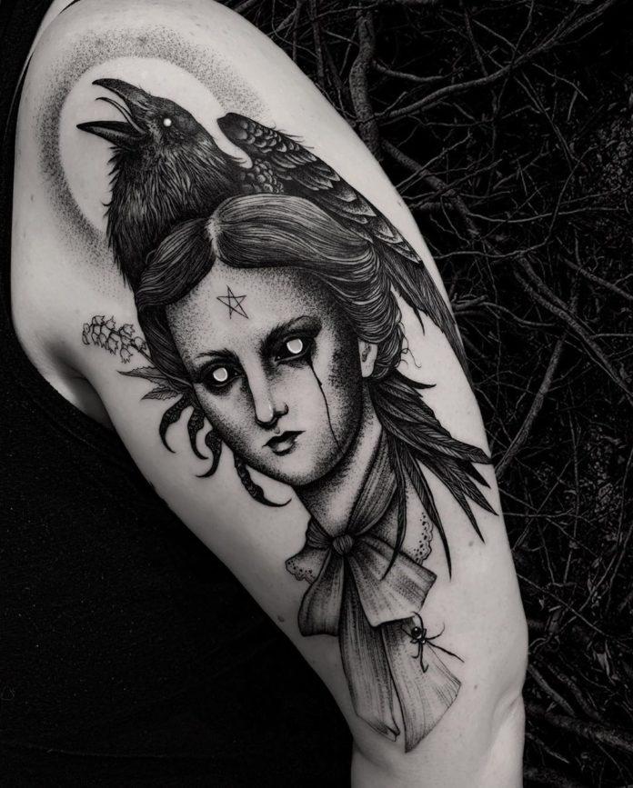 Tattoo de dessin de femme + Corbeau