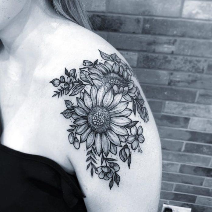 Joli tatouage des fleurs de tournesol