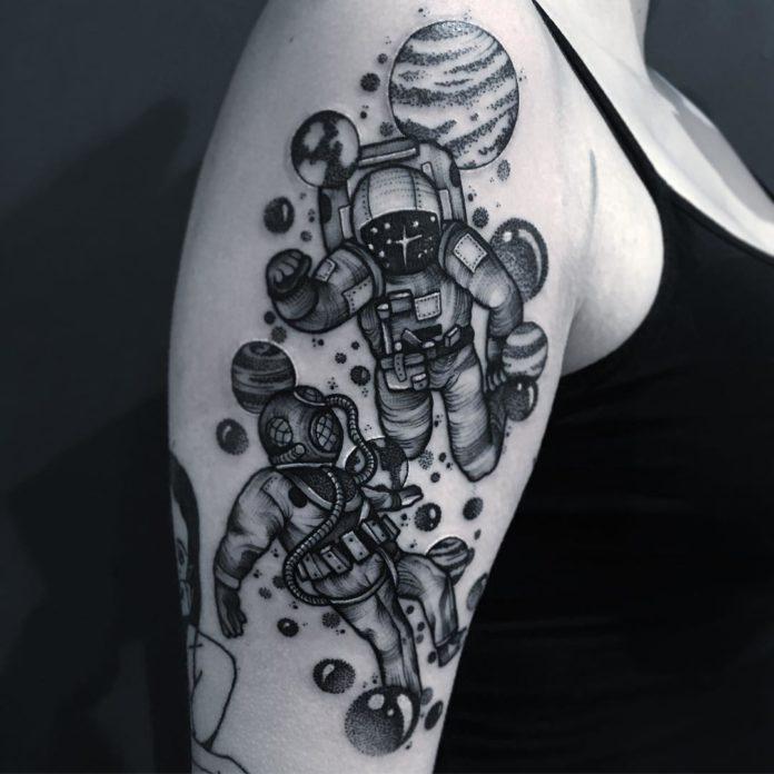 Tatouage de dessin des hommes dans l'espace