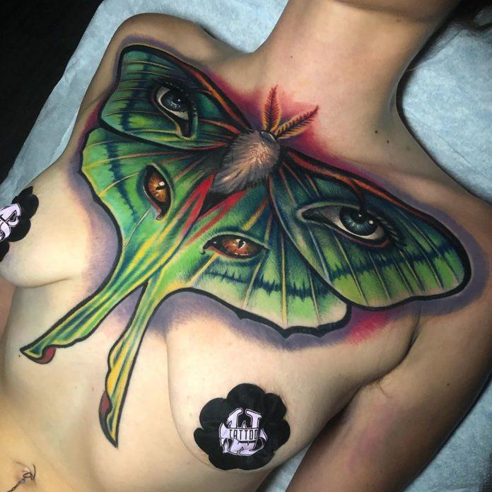 Tatouage en couleur d'un papillon lune