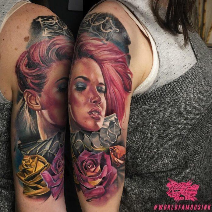 Beau tatouage d'une femme avec des roses