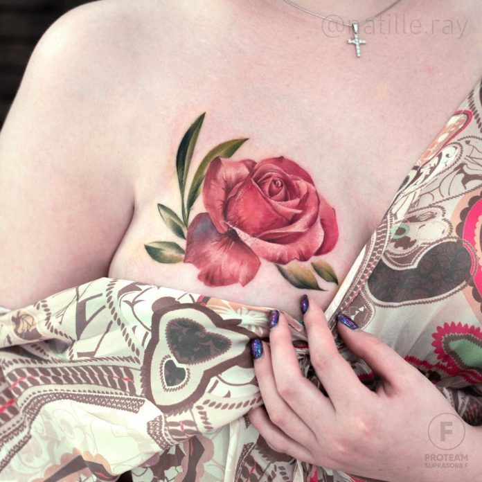 Tatouage d'une belle rose rouge