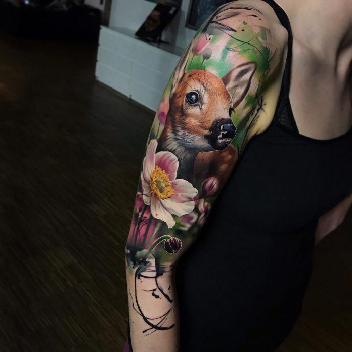 Très beau tatouage réaliste en couleur d'un bébé cerf
