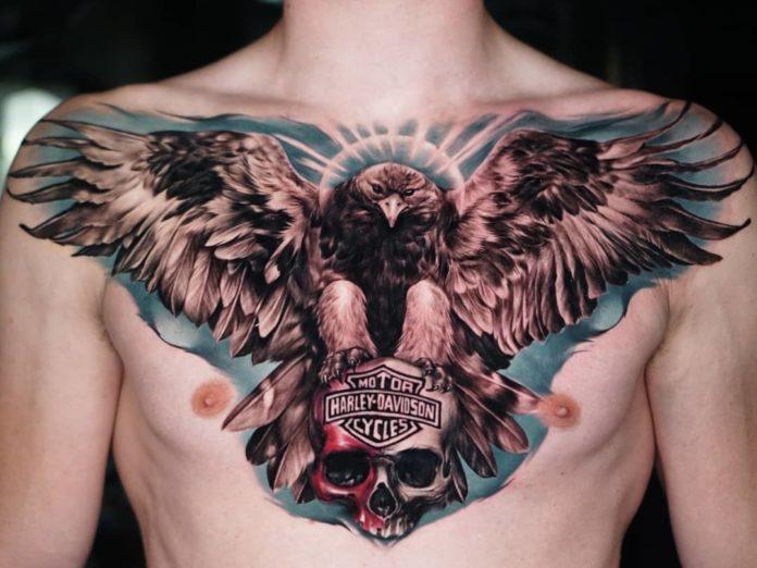 Tatouage d'un aigle tenant un crâne