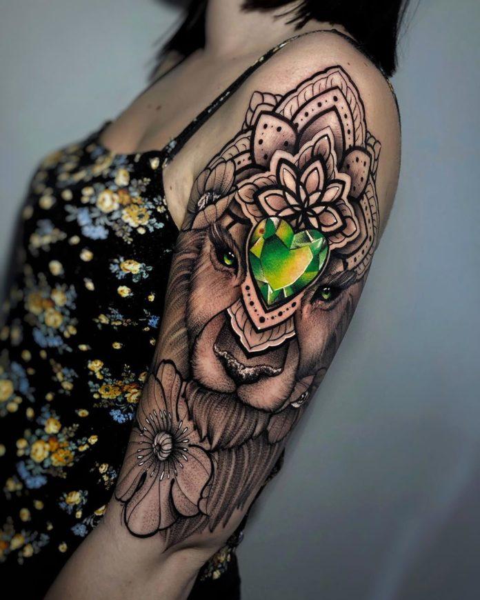 Tatouage de tête de lionne + Fleurs et bijou