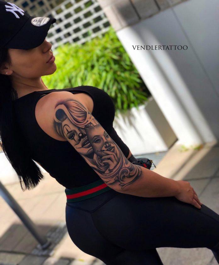Tatouage d'une femme payasa avec un masque