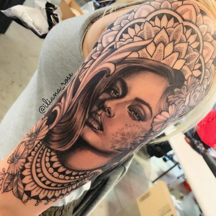 Tatouage de visage de femme + décor ornemental
