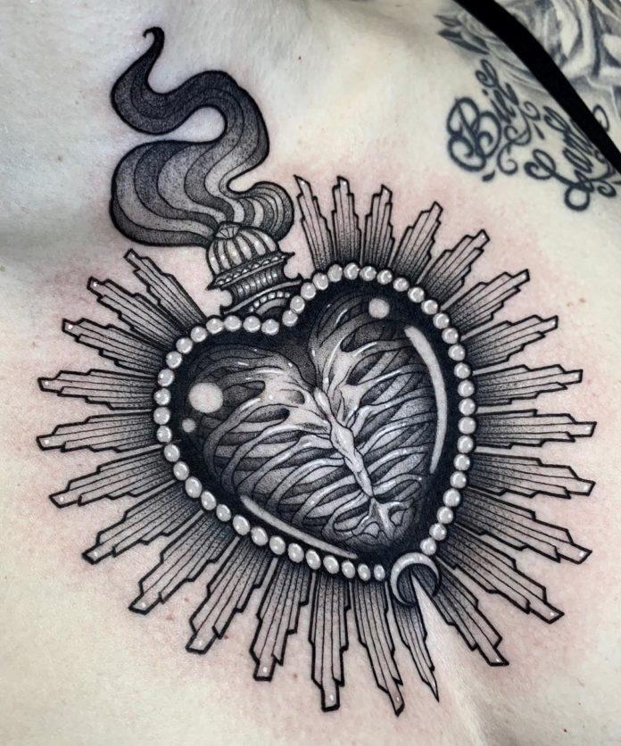 Tatouage d'un cœur avec un os de thorax
