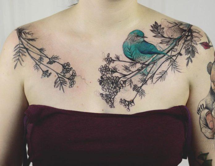 Tatouage d'un oiseau bleu sur une branche