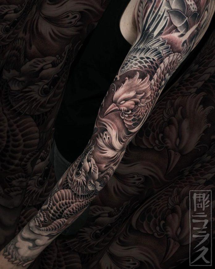 Impressionnant tatouage de phœnix + fleur de lotus + dragon