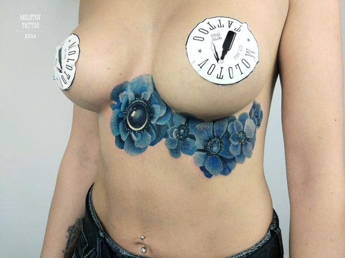 Tatouage de dessin de fleurs bleues