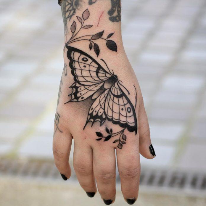 Tatouage de papillon sur la main