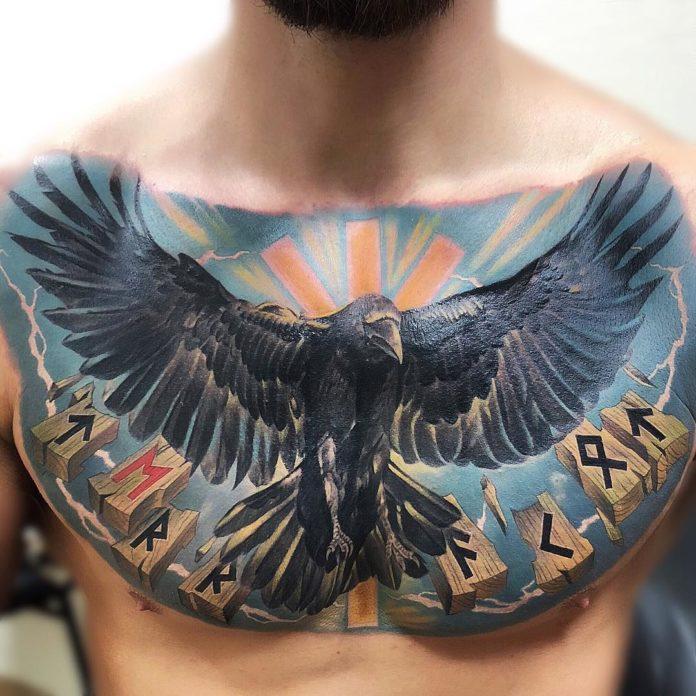 Tatouage d'un corbeau envolé