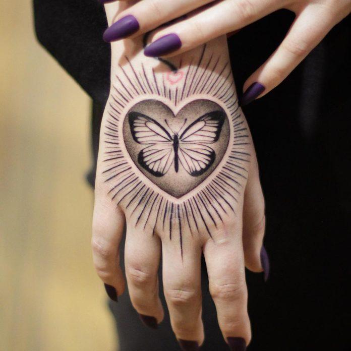 Tatouage de papillon dans un coeur