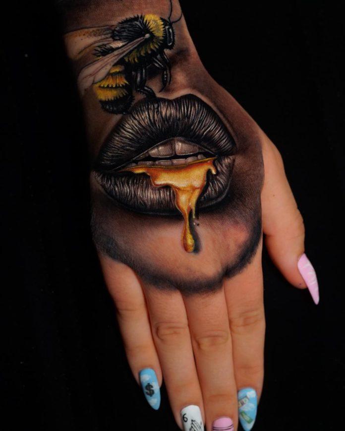 Tatouage d'abeille sur lèvre de femme