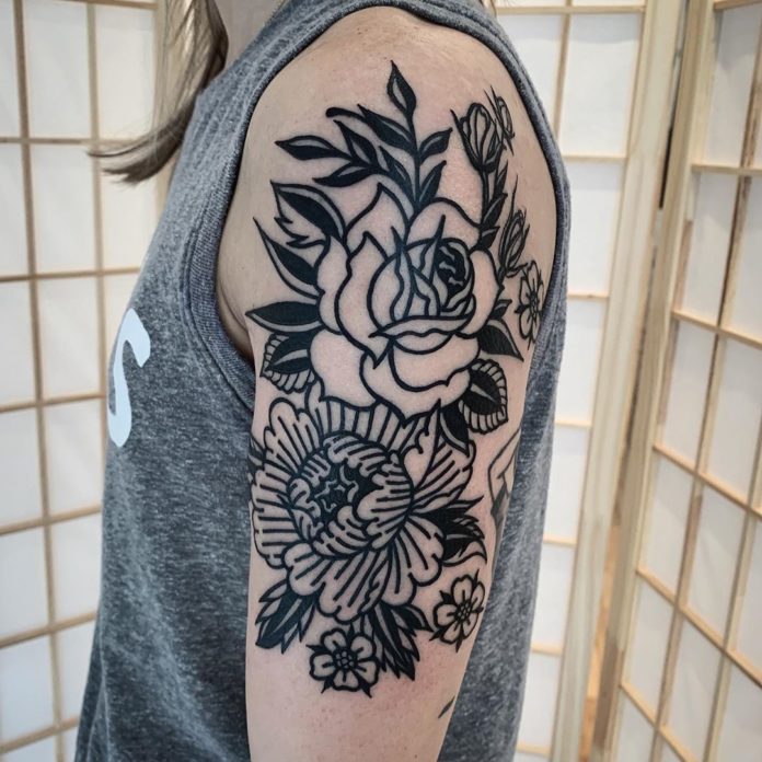 Tatouage minimaliste des fleurs