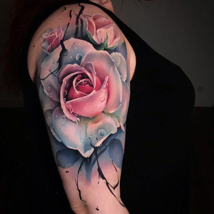 Tattoo des roses avec des gouttes d'eau