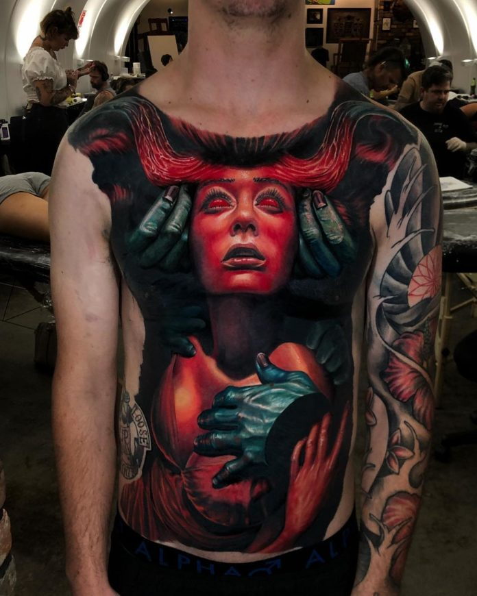 Tatouage surréaliste de visage de femme