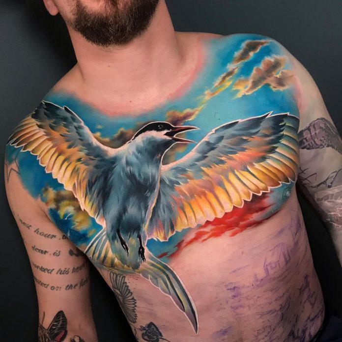 Tatouage réaliste d'un oiseau